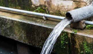 Der Junge stürzte rund 90 Meter tief in den Abwasserkanal. (Foto)