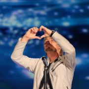 Nik P. formt auf der Bühne mit seinen Händen ein Herz.