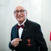 Otto Waalkes hat den Verdienstorden der Bundesrepublik Deutschland verliehen bekommen.
