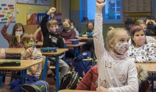Ein Gerichtsurteil aus Weimar verbietet die Maskenpflicht, Schnelltests und Abstandsregeln. (Foto)