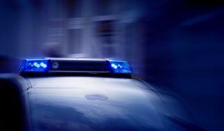 In Essen kam es am Montagabend zu einem Großeinsatz der Polizei, nachdem mehrere vermummte Personen ein Auto angegriffen hatten. (Foto)