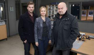 """Matthi Faust (l.) neben Stefanie Stappenbeck (M.) und Florian Martens (r.) bei Dreharbeiten zum ZDF-Krimi """"Ein starkes Team"""". (Foto)"""