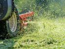 Ein Unternehmer ist nach dem dem Sturz von einem Rasenmäher gestorben. (Foto)