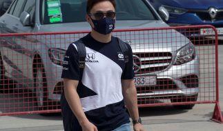 Yuki Tsunoda kommt mit Mund-Nasen-Schutz ins Fahrerlager beim Großen Preis von Bahrain 2021. (Foto)