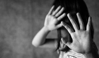 Ein Mann aus Wuppertal steht unter Verdacht, mindestens drei Kinder missbraucht zu haben. (Symbolbild) (Foto)