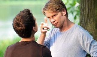 """Kai Scheve (l.) als Trainer Martin in einer Szene der Folge """"Rechte Freunde"""" aus der Serie Krimi.de (2009). (Foto)"""