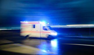 In Halle wurde ein Fahrradfahrer unter einer Straßenbahn eingeklemmt und schwer verletzt. (Foto)