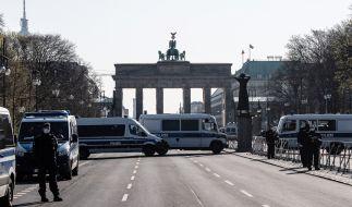 In Berlin sperrt die Polizei mit einem Großaufgebot das Brandenburger Tor und den Reichstag ab. (Foto)