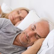 Studie enthüllt: Wer zu wenig schläft, hat höheres Demenz-Risiko (Foto)