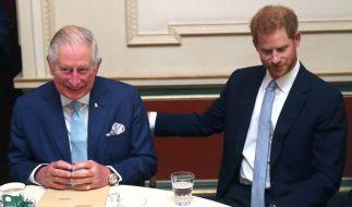 Ein Bild aus glücklicheren Tagen: Prinz Charles und dessen jüngerer Sohn Prinz Harry Seite an Seite. (Foto)