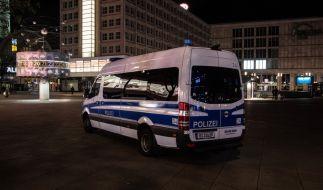 Ein Polizeiwagen steht kurz vor der Ausgangssperre auf dem Alexanderplatz. Die Corona-Notbremse des Bundes hat in der Nacht zum 24. April zum ersten Mal gegriffen. (Foto)