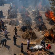 Massensterben durch Covid-Tsunami! Corona-Tote auf Scheiterhaufen verbrannt (Foto)