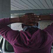Telefon mit Waffe verwechselt! Polizist schießt unbewaffneten Schwarzen nieder (Foto)