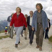 Angela Merkel wandert 2006 zusammen mit Reinhold Messner auf den Monte Rite.
