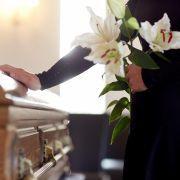 Bizarre Trauerfeier! Leiche an Schlagzeug sitzend aufgebahrt (Foto)