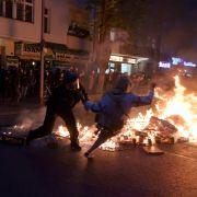 Polizei und Teilnehmer geraten bei einem Feuer am Rande des Demonstrationszug linker und linksradikaler Gruppen unter dem Motto