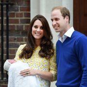 Kaum auf der Welt und schon ein Star: Die neugeborene Prinzessin von Cambridge am Tag ihrer Geburt, dem 2. Mai 2015, mit ihren Eltern Kate Middleton und Prinz William.