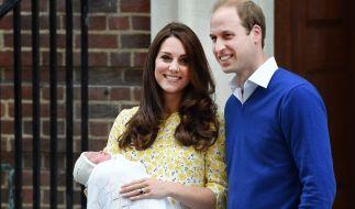 Kaum auf der Welt und schon ein Star: Die neugeborene Prinzessin von Cambridge am Tag ihrer Geburt, dem 2. Mai 2015, mit ihren Eltern Kate Middleton und Prinz William. (Foto)