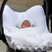 Die schlafende Prinzessin Charlotte darf mit Mama Kate und Papa William das Krankenhaus verlassen.