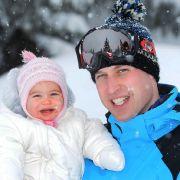 Schneespaß mit Papa William: Die knapp einjährige Prinzessin Charlotte beim Skiurlaub in Frankreich, aufgenommen im März 2016.