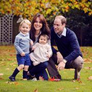 Eine schrecklich sympathische Familie: Kate Middleton und Prinz William grüßen im Dezember 2015 auf einem Familienfoto mit Sohnemann Prinz George und Klein-Charlotte.