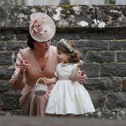Als ihre Tante Pippa Middleton im Mai 2017 heiratete, war Prinzessin Charlotte mit von der Partie. Herzogin Kate gibt ihrer kleinen Tochter Charlotte Tipps, wie man als Blumenmädchen eine gute Figur macht.
