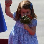 Mmh, die duften aber gut! Prinzessin Charlotte schnuppert während des Royals-Besuchs in Deutschland an einem Blumenstrauß.