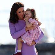 Auf Mamas Arm ist es am schönsten: Prinzessin Charlotte während des Deutschland-Besuchs von Herzogin Kate und Prinz William im Juli 2017.
