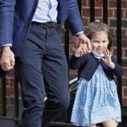 Endlich große Schwester! Prinzessin Charlotte besucht am 23. April 2918 mit Papa William und Bruder George den neugeborenen Prinz Louis im Londoner St Mary's Krankenhaus.