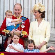 Prinz William steht im Juni 2019 mit Prinz Louis (auf dem Arm), seiner Frau Kate, der Herzogin von Cambridge, und den Kindern Prinz George (l) und Prinzessin Charlotte (r) auf dem Balkon und schaut bei der Zeremonie zu