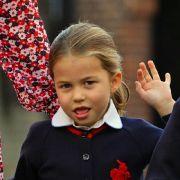 Das royale Winken hat Prinzessin Charlotte, hier an ihrem ersten Tag als Schulkind im September 2019, schon perfekt drauf.