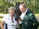 """Bei dem Event """"Usedom Cross Country"""" steht Marie Luise Marjan neben Till Demtrøder, Organisator und Schauspieler. (Foto)"""