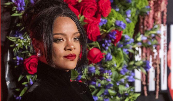 Rihanna super sexy im Häkel-Kleid