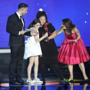 Destiny aus Malta überreicht der Junior-ESC-Gewinnerin 2016, Mariam aus Georgien, die Trophäe.