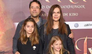 Lilly Liefers (l.) mit ihren Eltern Jan Josef Liefers und Anna Loos sowie ihrer Schwester Lola bei einer Filmpremiere (2015). (Foto)