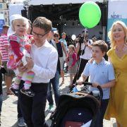 Manuela Schwesig zusammen mit ihrem Mann Stefan Schwesig und den beiden Kindern.