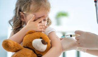 Impfungen für Kinder rücken in greifbare Nähe. Doch mit welchen Impfreaktionen und Nebenwirkungen müssen die Kleinen rechnen? (Foto)