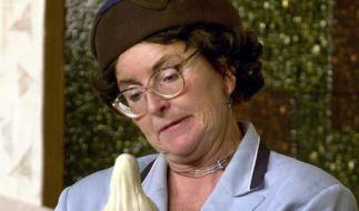 """Alice Hoffmann als Vanessa Backesin einer Szene aus der Kabarett-Aufführung """"Die Marienerscheinung von Marpingen"""" (2001). (Foto)"""