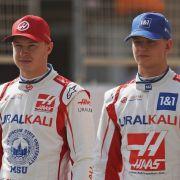 Nikita Mazepin mit seinem Haas-Teamkollegen Mick Schumacher beim Auftakt der Formel-1-Testfahrten in Sakhir 2021.