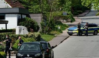 Einsatzkräfte der Polizei sperren die Zuwegung zum Rosenweg ab, in dem Schüsse stattgefunden haben sollen. (Foto)