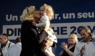 Marine le Pen küsst ein Mädchen während einer Wahlkampfveranstaltung (2019). (Foto)
