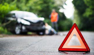 Bei einem Autounfall auf der B275 sind eine Mutter und ihr Sohn gestorben. (Foto)