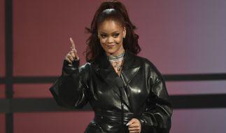 Bei Instagram zeigt Rihanna was sie wirklich unter ihrem Mantel trägt. (Foto)