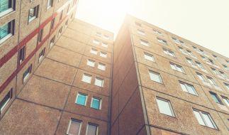 In Berlin wurde ein schlafender Mann von einem Betonklotz erschlagen, der durchs Fenster krachte. (Foto)