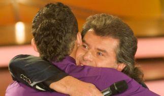 """Der Sänger Andy Borg (r) umarmt seinen Sohn Patrick Borg in der ZDF-Fernsehshow """"Willkommen bei Carmen Nebel"""" 2010. (Foto)"""