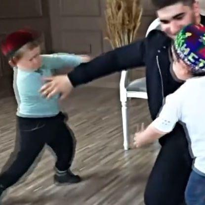 """""""Mini Khabib!"""" Kleinwüchsiger MMA-Kämpfer bringt das Netz zum Lachen (Foto)"""