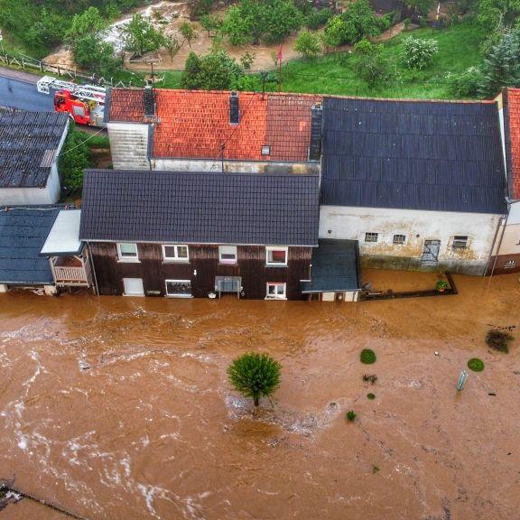 Alarmstufe Rot! Ganzes Dorf unter Wasser nach Gewitter-Wahnsinn (Foto)