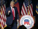 Der ehemalige US-Präsident Donald Trump bedankt sich bei der Menge, während er auf dem Parteitag der Republikaner in North Carolina spricht. (Foto)