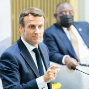 Vor laufender Kamera! Französischer Präsident ins Gesicht geschlagen (Foto)