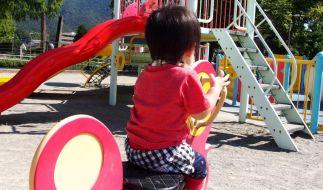 Ein Vater stürzte auf einem Spielplatz auf sein Kind. (Foto)